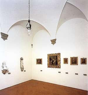 Foto della sala con robbiane, dipinti e vasellame raccolti dalla famiglia Buonarroti