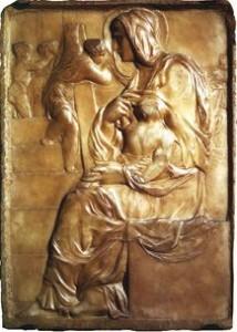 Madonna della scala rilievo di Michelangelo Buonarroti con la figura femminile che occupa tutta l'altezza del rilievo, da un margine all'altro, davanti ad una scala (che dà il nome al rilievo) con dei bambini sullo sfondo: due in atteggiamento di danza e due che sembrano tendere un drappo dietro la Madonna.
